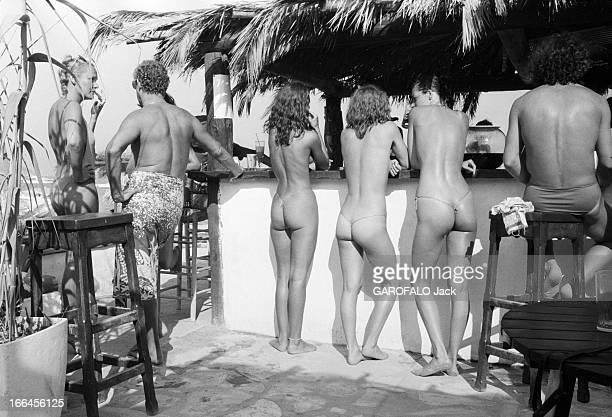 Topless Fashion En France à SaintTropez en juillet 1979 durant les vacances d'été la mode des plages les seins nus les stringsla vie sur le port les...