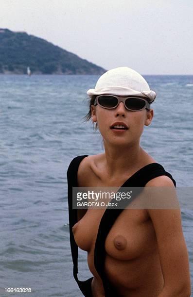 Topless Fashion En France à SaintTropez en juillet 1979 durant les vacances d'été la mode des plages de nudistes Olga une femme d'origine russe...