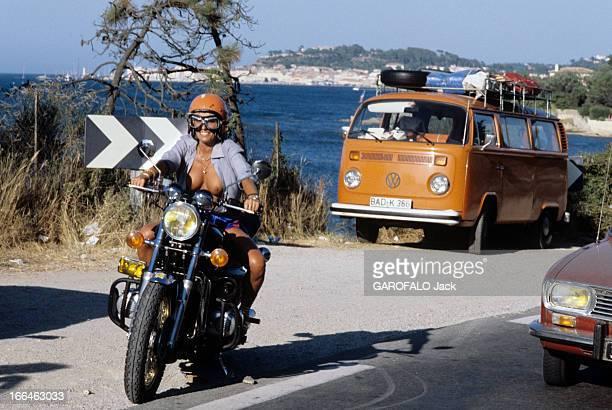 Topless Fashion En France à SaintTropez en juillet 1979 durant les vacances d'été la mode des plages de nudistes une femme motard sur sa moto la...