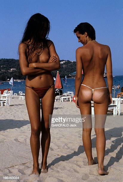 Topless Fashion En France à SaintTropez en juillet 1979 durant les vacances d'été la mode des plages de nudistes deux jolies femmes Barbara et Sylvia...