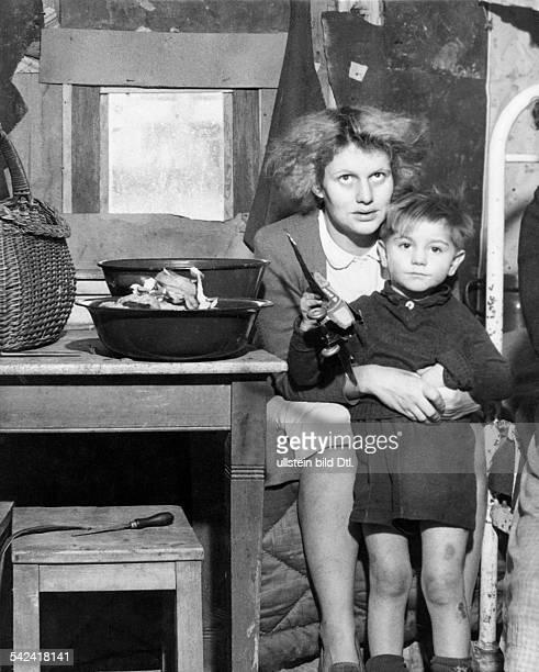 SaintVith das während derOffensive Ende Dezember 1944 besondersheftig umkämpfte wurde Bewohnerin einesweitgehend zerstörten Hauses mit ihremSohn in...