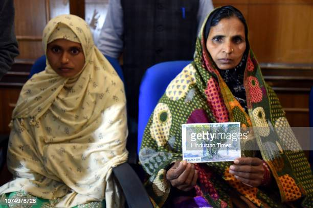Saira Bibi wife of Mazlum Ansari with Najma Bibi mother of Imteyaz Khan during a press conference at Press Club of India on December 26 2018 in New...