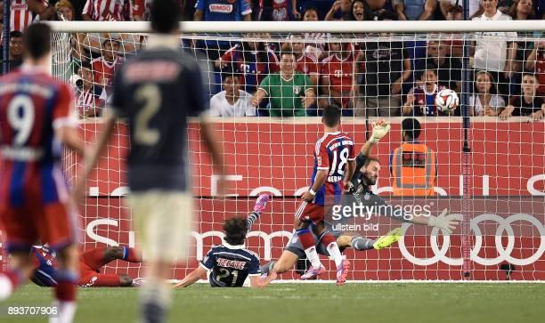 FUSSBALL Saisonvorbereitung 2014/2015 Audi Football Summit in New Jersey FC Bayern Muenchen Chivas Guadalajara Torwart Tom Starke wehrt einen...