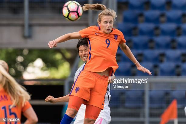 Saki Kumagai of Japan Vivianne Miedema of the Netherlandsduring the friendly match between the women of The Netherlands and Japan at the Rat Verlegh...