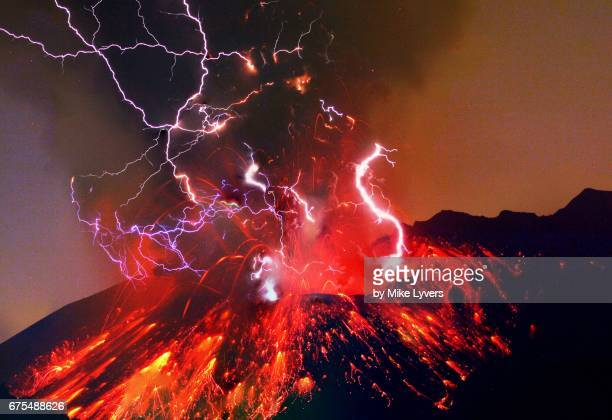 sakurajima night eruption long exposure - vulkan stock-fotos und bilder