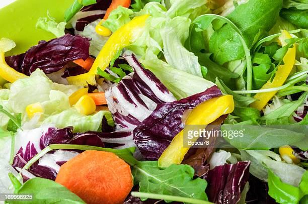 En un tazón de ensalada verde primer plano