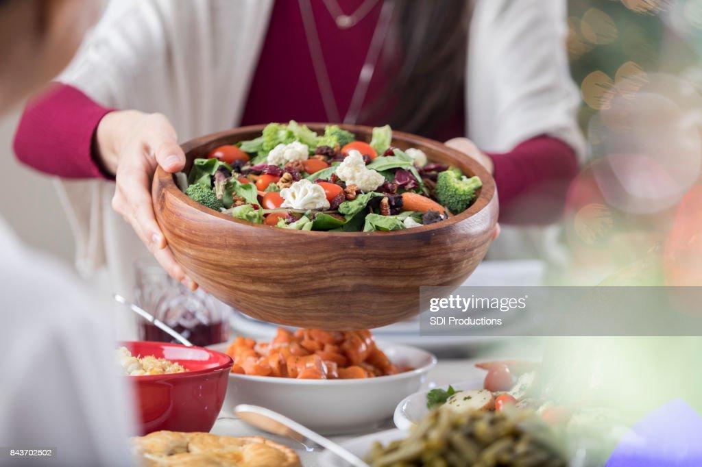 Salat Wird Weihnachten Abendessen Gast Angeboten Stock-Foto   Getty ...
