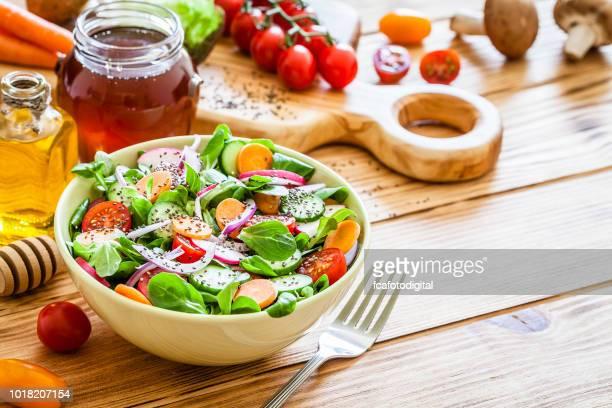 mezcla de ensalada en mesa de madera picnic - cuenco madera fotografías e imágenes de stock