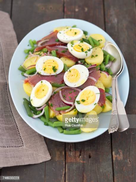 salad nicoise with green beans, potatoes, smoked tuna and boiled eggs - rua stock pictures, royalty-free photos & images