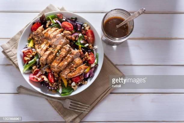salade au poulet - poulet grillé photos et images de collection