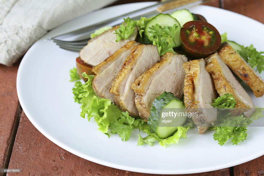 salad with grilled duck fillet, tomato and green lettuce : Stockfoto