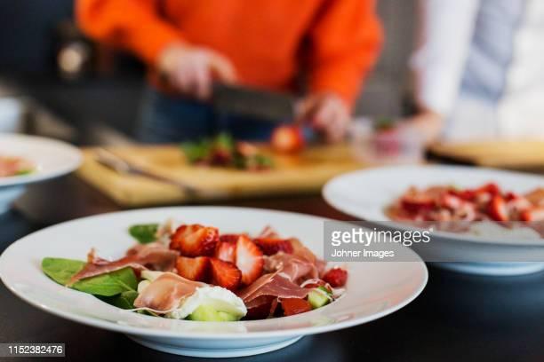 salad with parma ham and strawberries - eetklaar stockfoto's en -beelden