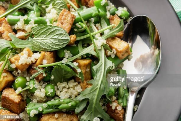 Salades: Salade de Quinoa avec Tofu, asperges, roquette et menthe