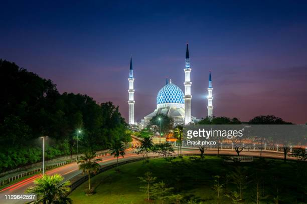 salahuddin abdul aziz shah mosque during sunrise located at shah alam, selangor, malaysia. - shah alam stock photos and pictures