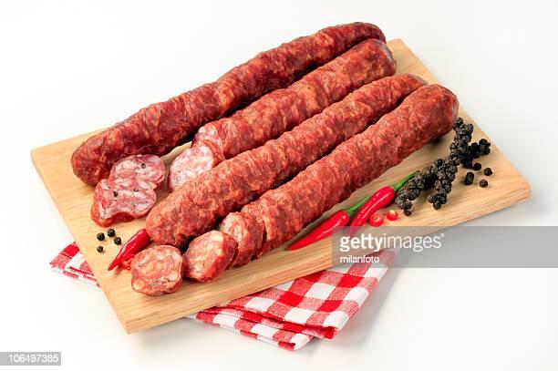 salami on a cutting board - gerookte worst stockfoto's en -beelden