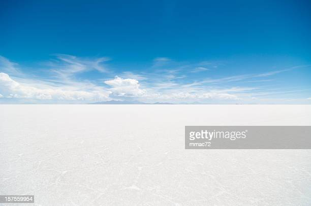 salar de uyuni - horizon over land stockfoto's en -beelden