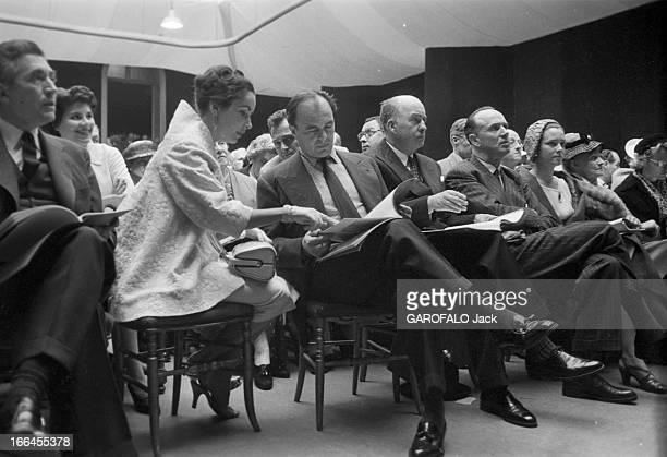 Sale Of Paintings Of Ali Khan. Le 23 mai 1957 à la galerie Charpentier à Paris, en France, assis au premier rang dans la salle des ventes, Elizabeth...