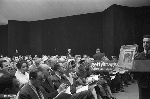 Sale Of Paintings Of Ali Khan. Le 23 mai 1957 à la galerie Charpentier à Paris, en France, le prince ALI KHAN, deuxième homme en partant de la...