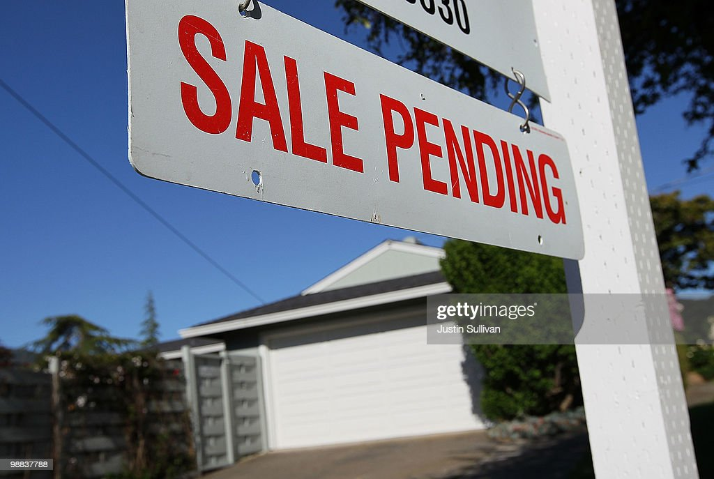 Pending Home Sales Rise In March : News Photo