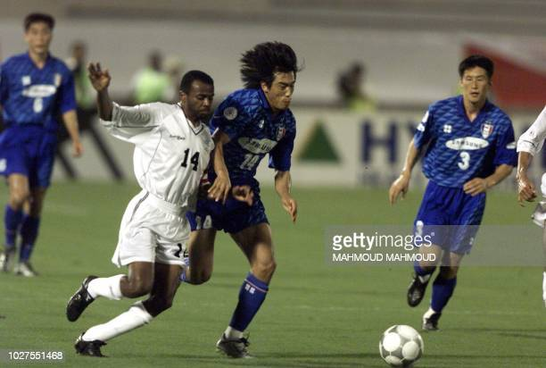 Salem alAlawi of Saudi Arabia's alShabab club fights for the ball with Korea's Suwon Samsung Bluewings player Seo Jung Won during their Asian Super...