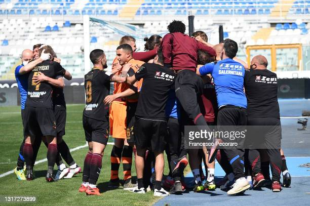 Salernitana players celebrate the 0-1 goal scored by Andre Anderson during the Serie B match between Pescara Calcio and US Salernitana at Adriatico...