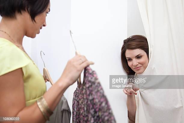 Assistante commerciale et femme essayer des vêtements