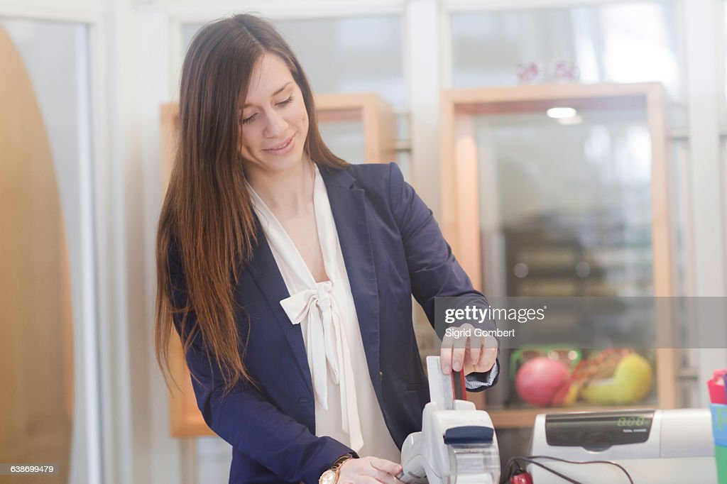Sales assistant inserting credit card into chip and pin machine : Stock-Foto