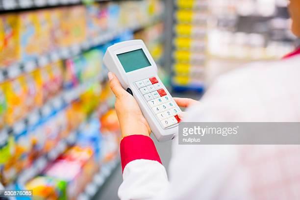 Empleado de ventas en el supermercado