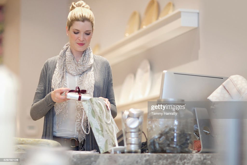 Sales clerk packing gift : Stock-Foto