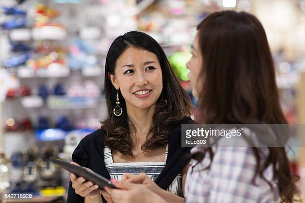 店員を使用したデジタルタブレット顧客をサポート