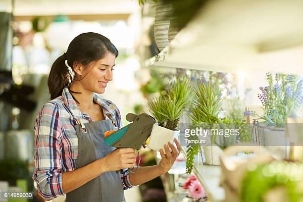 sales clerk working with price gun in a shop - labeling - fotografias e filmes do acervo