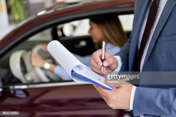 Vendeur de finition de document contractuel pour la vente de voiture