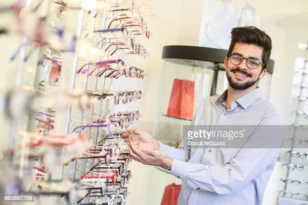 Vendeur dans un magasin de lunettes