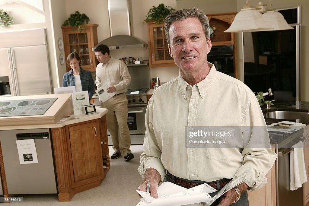 Salesman in home improvement store : Stockfoto