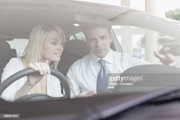 車のセールスマンとして働く顧客に表示されます。