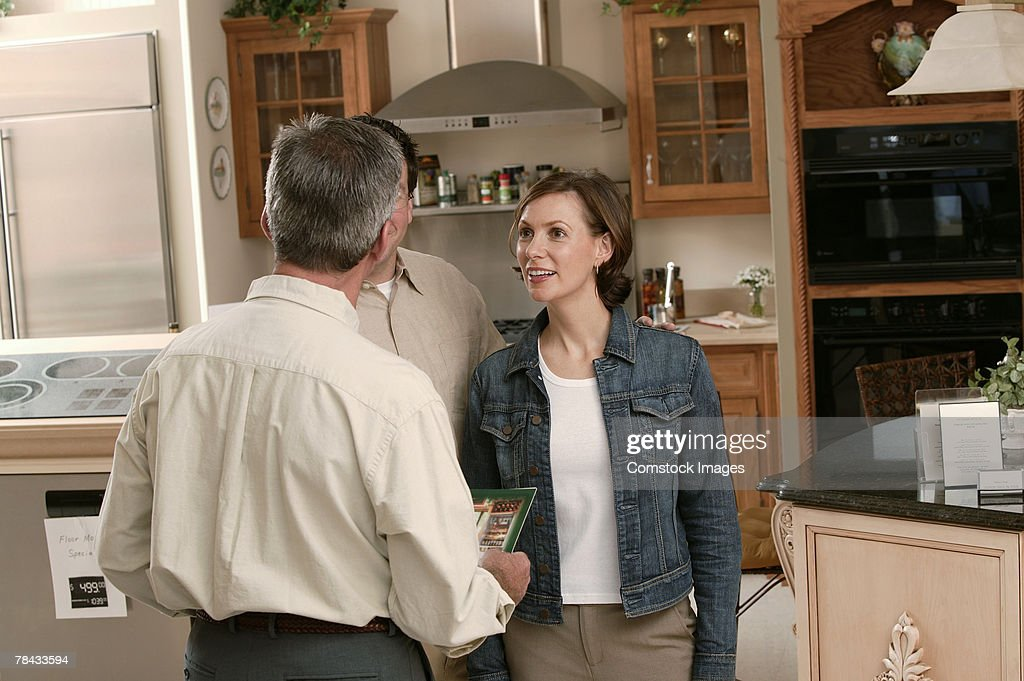 Salesman with customer in home improvement store : Stockfoto