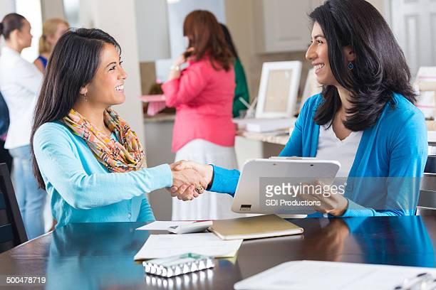 Vendeur se serrant la main avec le client à la maison bijoux ventes fête