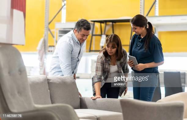 vendedora vendiendo muebles en una tienda de mejoras para el hogar - artículos domésticos fotografías e imágenes de stock