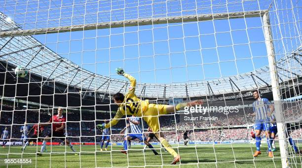 Salif SanŽ of Hannover scores the second goal during the Bundesliga match between Hannover 96 and Hertha BSC at HDIArena on May 5 2018 in Hanover...