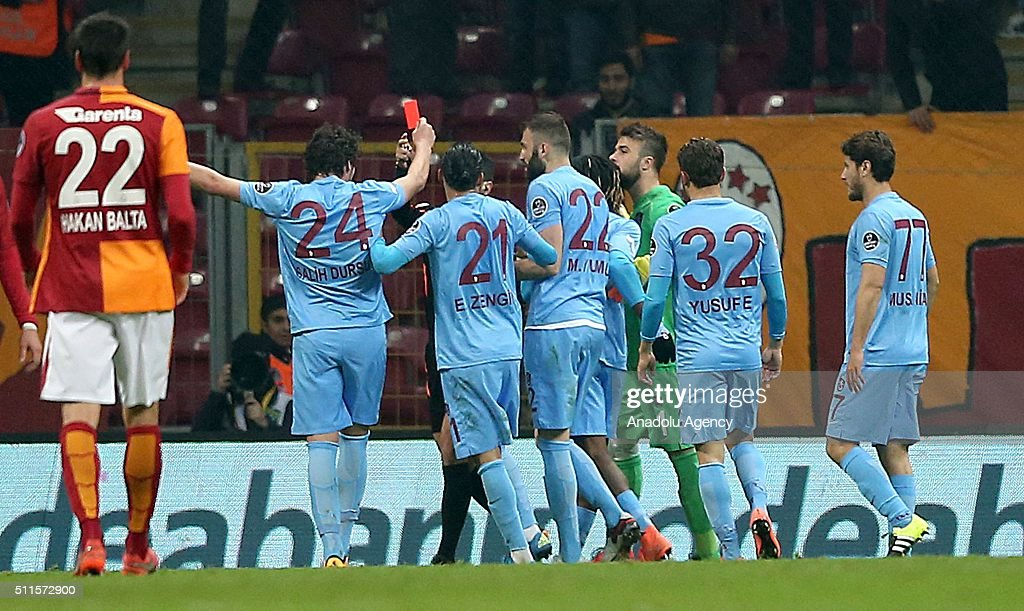 Footballer shows red card to referee during Turkish Spor Toto Super Lig match : News Photo