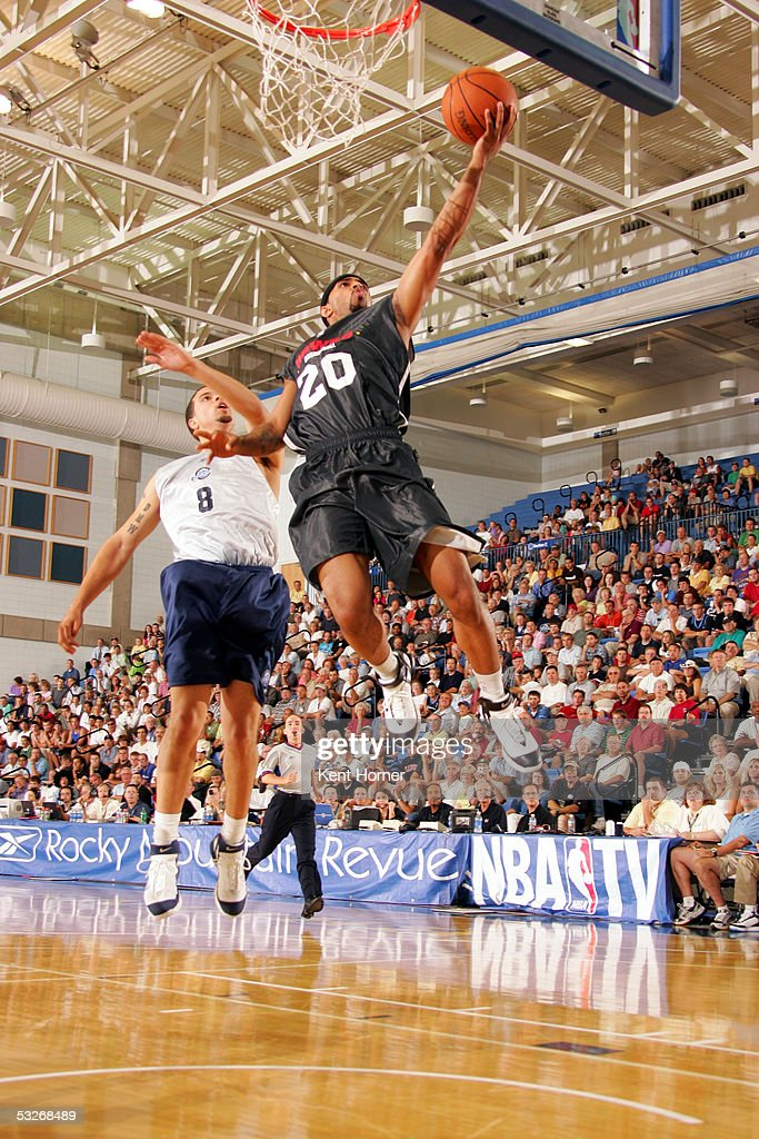 Salim Stoudamire of the Atlanta Hawks shoots the ball against the ... f9321ce7a