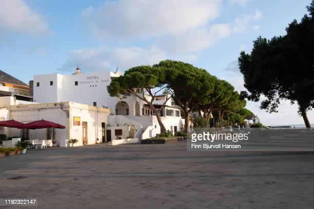 salina, italy . october 11, 2019 - piazza at the harbour of the aeolian island of salina - finn bjurvoll stock pictures, royalty-free photos & images