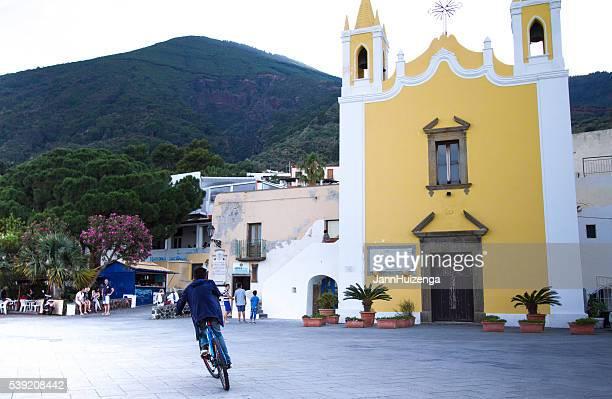 salina, sicilia : piazza, persone, giallo chiesa di maria ss addolorata - isole eolie foto e immagini stock