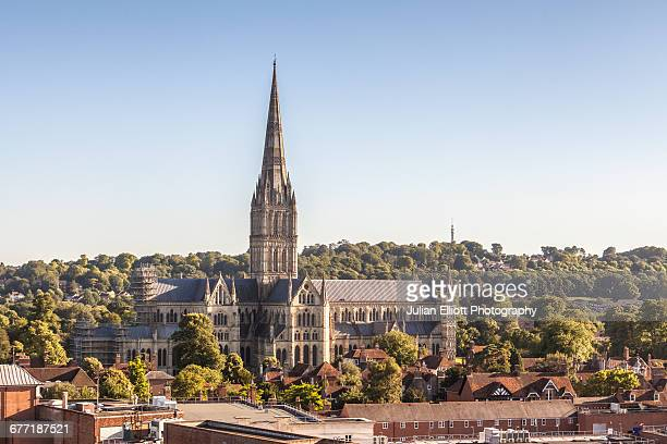 salisbury cathedral over the city rooftops. - サリスベリー ストックフォトと画像