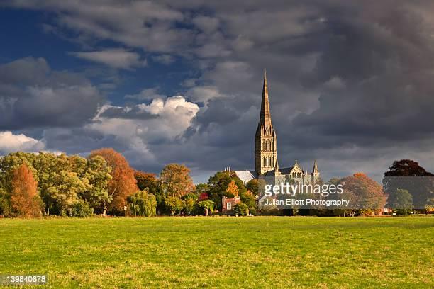 salisbury cathedral, wiltshire, england, uk. - サリスベリー ストックフォトと画像