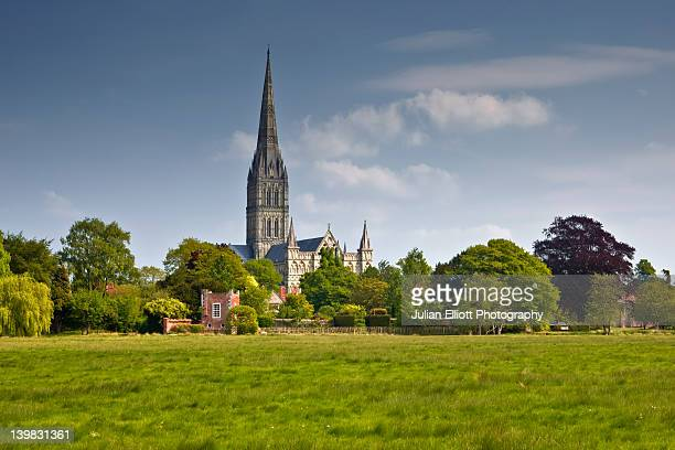 salisbury cathedral, wiltshire, uk,  in all its glory as seen from the west harnham water meadows. - サリスベリー ストックフォトと画像