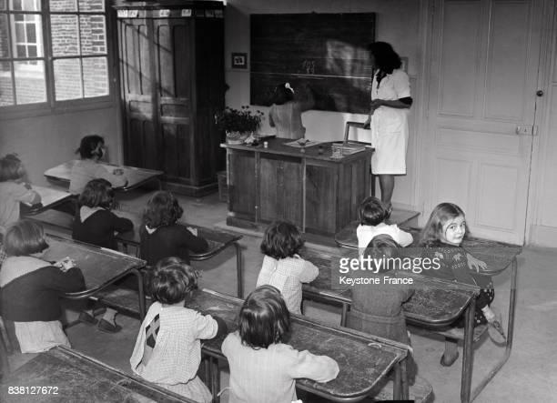 Salle de classe au préventorium pour les enfants de cheminots à Chevrières France en 1946