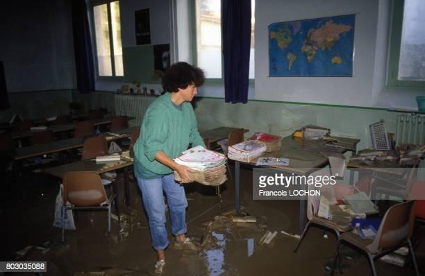 Salle de classe dévastée après les inondations catastrophiques dans la petite ville du Vaucluse dûes à des pluies diluviennes le 24 septembre 1992 à...