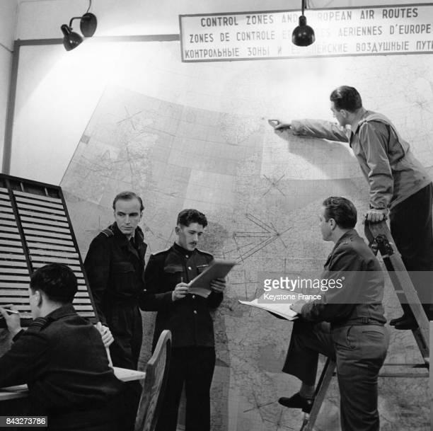 Salle de contrôle du centre de sécurité aérienne avec des représentant des 4 forces alliées présentes dans la ville à Berlin Allemagne circa 1945