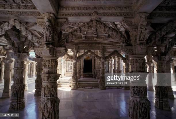 Salle hypostyle du temple jaïn de Dilwara sur le mont Aba dans le Rajasthan en Inde